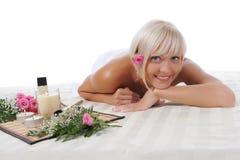 Junge blonde Frau an der Badekurortprozedur Stockbilder