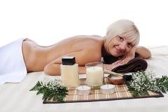 Junge blonde Frau an der Badekurortprozedur Lizenzfreies Stockbild