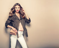 Junge blonde Frau in der braunen Jacke Lizenzfreie Stockfotos