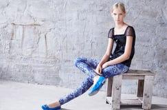 Junge blonde Frau in der Freizeitbekleidung Lizenzfreies Stockfoto