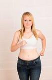 Junge blonde Frau in der Gymnastik Stockfotos
