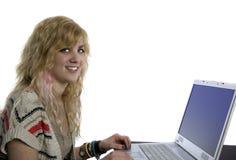 Junge blonde Frau an der Laptop-Computer Lizenzfreies Stockfoto