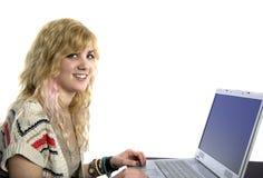 Junge blonde Frau an der Laptop-Computer Stockfotografie