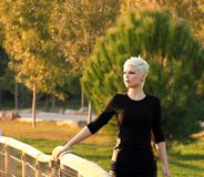 Junge blonde Frau in der Natur Stockbild
