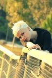 Junge blonde Frau in der Natur Lizenzfreies Stockfoto