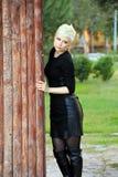 Junge blonde Frau in der Natur Lizenzfreie Stockfotografie