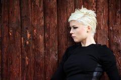 Junge blonde Frau in der Natur Lizenzfreies Stockbild
