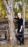 Junge blonde Frau in der Natur Stockfotos