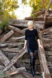 Junge blonde Frau in der Natur Stockbilder