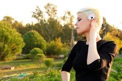 Junge blonde Frau in der Natur Stockfotografie