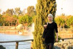 Junge blonde Frau in der Natur Stockfoto