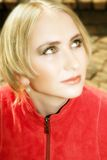 Junge blonde Frau in der roten Jacke Lizenzfreies Stockbild