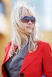 Junge blonde Frau in der Sonnenbrille Lizenzfreie Stockfotografie