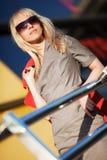 Junge blonde Frau in der Sonnenbrille Stockfotografie