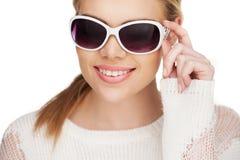 Junge blonde Frau in der Sonnenbrille Stockfoto