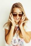 Junge blonde Frau in der Sonnenbrille nah oben lächelnd Stockfotos