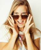Junge blonde Frau in der Sonnenbrille nah oben lächelnd Stockbild