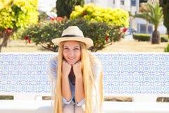 Junge blonde Frau in der Straße von Tunis Lizenzfreie Stockfotografie