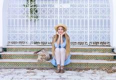 Junge blonde Frau in der Straße von Tunis Lizenzfreies Stockfoto