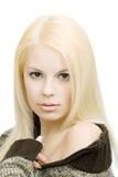 Junge blonde Frau in der Strickjacke Stockfoto