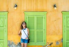 Junge blonde Frau in der typischen griechischen Stadt mit bunten Gebäuden auf Kastelorizo-Insel, Griechenland Stockfotos