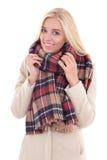 Junge blonde Frau in der warmen Kleidung lokalisiert auf Weiß Lizenzfreie Stockfotos