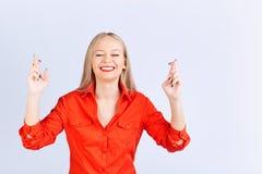 Junge blonde Frau in der zufälligen Kleidung mit einem positiven Gefühl machen Stockfoto