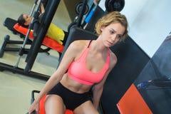 Junge blonde Frau des Porträts während des Trainings am Turnhallenclub Stockfotografie