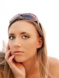 Junge blonde Frau des Portraits mit Sonnenbrillen Lizenzfreie Stockfotos