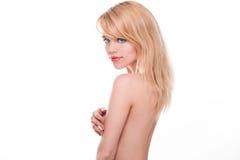 Junge blonde Frau, die Akt im Studio aufwirft Stockfotos