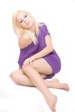 Junge blonde Frau, die auf dem Mehl stationiert Lizenzfreies Stockbild