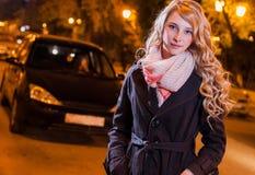 Junge blonde Frau, die auf die Straße geht Stockfotos