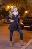 Junge blonde Frau, die auf die Straße geht Stockfoto