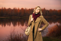 Junge blonde Frau, die auf Natur geht Lizenzfreie Stockfotos