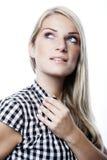 Junge blonde Frau, die denkend steht Lizenzfreies Stockbild