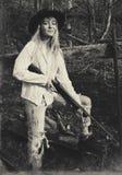 Junge blonde Frau, die ein Gewehr hält Stockfotos