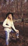 Junge blonde Frau, die ein Gewehr hält Stockbilder