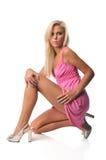 Junge blonde Frau, die ein rosa Kleid trägt Lizenzfreies Stockfoto