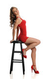 Junge blonde Frau, die ein rotes Kleid trägt Stockfotografie