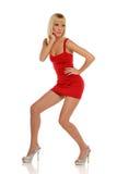 Junge blonde Frau, die ein rotes Kleid trägt Lizenzfreie Stockfotos