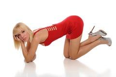 Junge blonde Frau, die ein rotes Kleid trägt Lizenzfreies Stockbild
