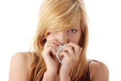 Junge blonde Frau, die eine Kälte hat Stockfotos