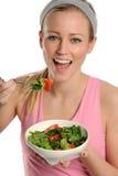 Junge blonde Frau, die eine Schüssel Salat anhält Stockfoto