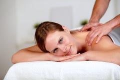 Junge blonde Frau, die an einem Badekurort sich entspannt Lizenzfreie Stockbilder