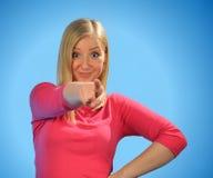 Junge blonde Frau, die einen Finger zeigt. Stockfoto