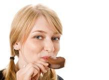 Junge blonde Frau, die Eiscreme isst Lizenzfreies Stockfoto