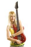 Junge blonde Frau, die elektrische Gitarre spielt Lizenzfreies Stockfoto