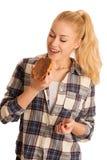 Junge blonde Frau, die Frühstücksbrot- und -nugatverbreitung isola isst Lizenzfreie Stockfotos