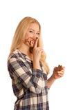 Junge blonde Frau, die Frühstücksbrot- und -nugatverbreitung isola isst Stockbild