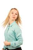 Junge blonde Frau, die ihr Haar schlägt Lizenzfreies Stockbild